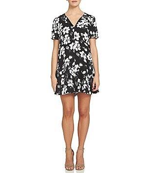 1. STATE V-Neck Short Sleeve Floral Shift Dress