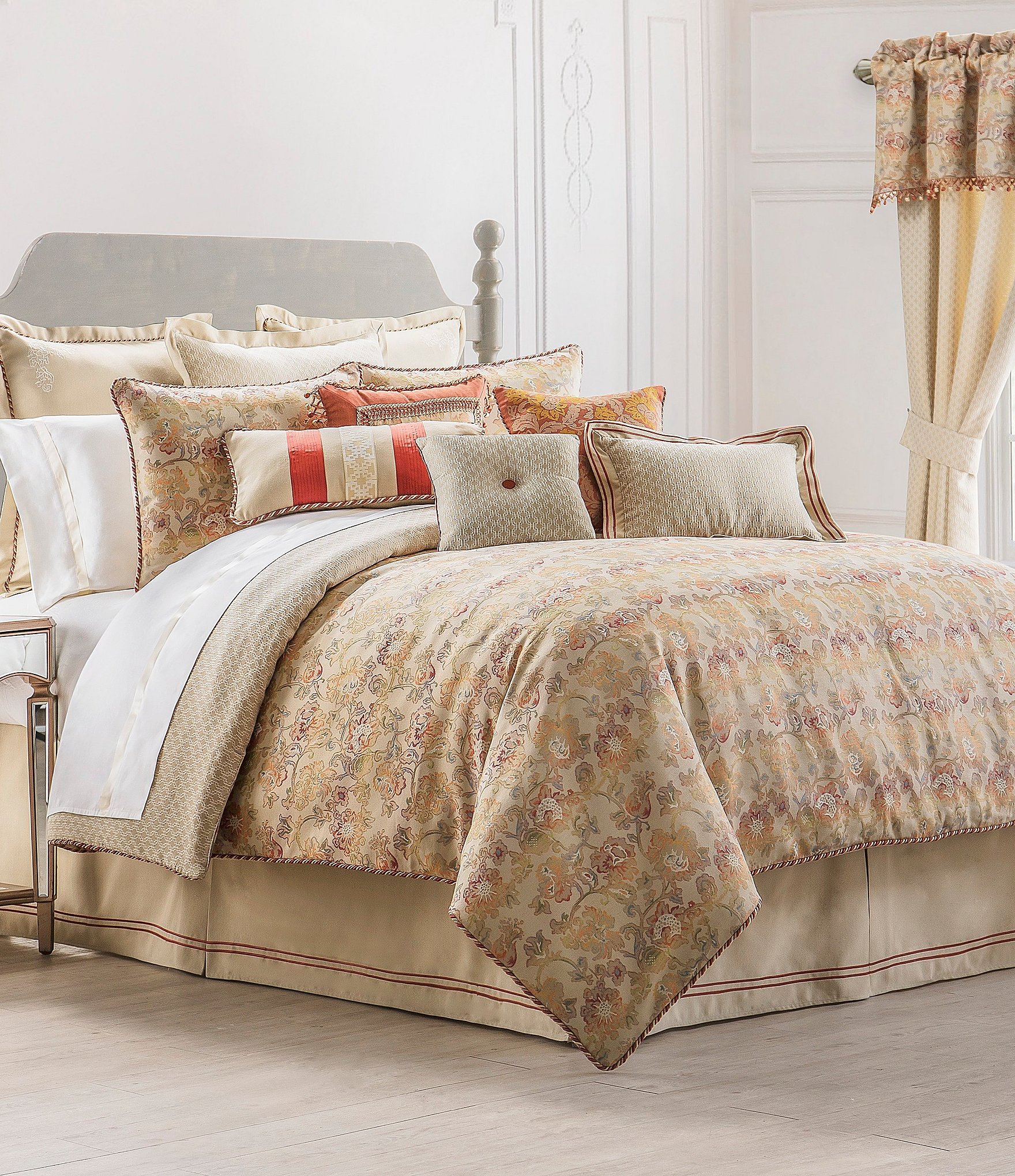Whether you're looking for easy-care bedding or luxury bedding sets, we're here to answer your questions about bedspreads (the general name for all top-layer bedding), whether it's comforters, duvets, coverlets, or quilts.